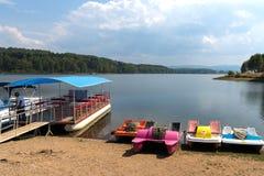 Paddel und touristische Boote auf See Vlasina, Serbien stockfotografie