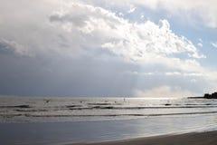Paddelinternatsschüler am japanischen Strand lizenzfreies stockbild