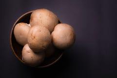 Paddestoel bruine Champignon in een houten kom Royalty-vrije Stock Foto's