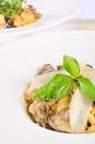 Paddestoel en kaas over braadpan Stock Fotografie