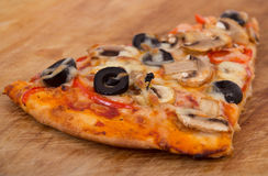 Paddestoel en olijfpizza royalty-vrije stock foto's