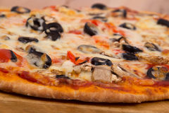 Paddestoel en olijfpizza stock afbeelding
