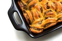 Paddestoelbraadpan met kaas in een ceramische kom royalty-vrije stock afbeeldingen