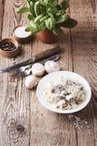 Paddestoeldeegwaren met romige parmezaanse kaassaus Stock Foto's