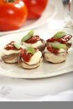 Paddestoelen met tomaat en mozarella Royalty-vrije Stock Foto's