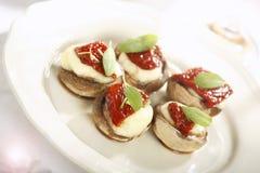 Paddestoelen met tomaat en mozarella Royalty-vrije Stock Afbeelding