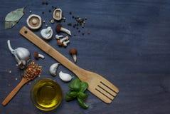 Paddestoelen, specerij, olijfolie en houten materiaal stock afbeeldingen