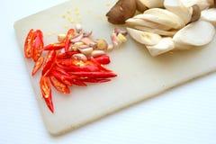 Paddestoelspaanse pepers bij het hakken van blok Stock Foto