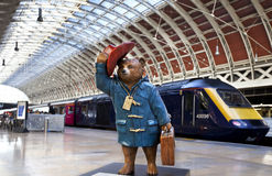 Paddington björn på den Paddington stationen i London Royaltyfria Foton