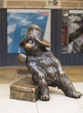 Paddington draagt standbeeld bij Paddington-post in Londen Stock Afbeeldingen