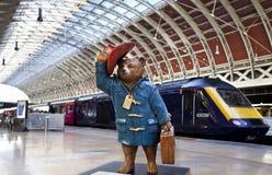 Paddington niedźwiedź przy Paddington stacją w Londyn Zdjęcia Royalty Free