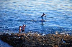 Paddla boarderen av dykarelilla viken, Laguna Beach, Kalifornien Arkivfoton