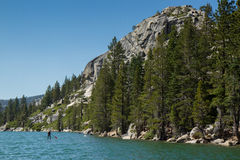 Paddla boarderen på sjön i Kalifornien, USA Royaltyfri Foto