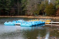 Paddle łodzie w rekreacyjnym terenie przy jeziorem Zdjęcia Royalty Free