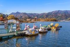 Paddle łodzie przy Jeziornym Kawaguchiko w jesieni Fotografia Royalty Free