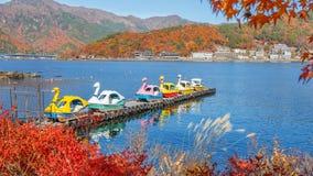 Paddle łodzie przy Jeziornym Kawaguchiko w jesieni Obrazy Stock