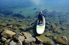 paddleboard的妇女在达讷论点港口,加利福尼亚 免版税图库摄影