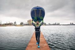 Человек на стойки paddleboard вверх стоковые изображения