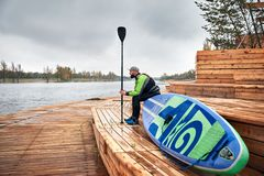 Человек со стойки paddleboard вверх стоковое фото rf