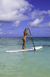 她的paddleboard少年 免版税库存照片