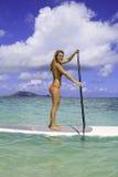 她的paddleboard少年 免版税库存图片
