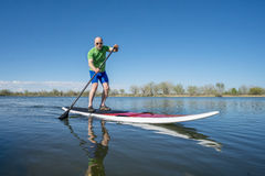 站立paddleboard锻炼 免版税库存图片
