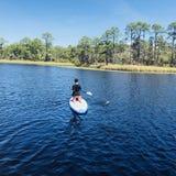 Paddleboarder in Waterverftoevlucht stock afbeeldingen