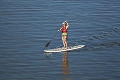 paddleboarding的妇女 免版税库存图片