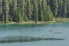 Paddleboarding στη λίμνη Minnewanka Στοκ φωτογραφία με δικαίωμα ελεύθερης χρήσης