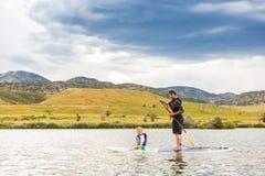 Paddleboarding lizenzfreie stockbilder