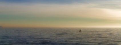 Paddleboarding auf Solo der hohen See, watersports mit schönem Landschaftshintergrund, palma, Mallorca, Spanien stockfotografie
