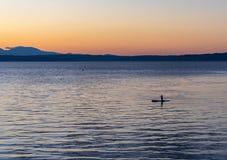 Paddleboarding bei Sonnenuntergang auf Puget Sound Lizenzfreies Stockbild