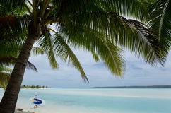Paddleboarding en île d'Arutanga dans le cuisinier Island de lagune d'Aitutaki Photo stock