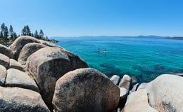 Paddleboarding en el lago Tahoe imagenes de archivo
