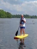 Paddleboarding supérieur actif Image libre de droits