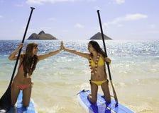 paddleboards的日本妇女 免版税库存照片