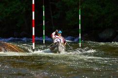 Paddler da canoa em uma raça do slalom do whitewater Imagem de Stock Royalty Free