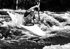 Paddler de kayak dans la rapide Photographie stock