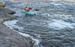 Paddler masculin dans un kayak de whitewater Images libres de droits