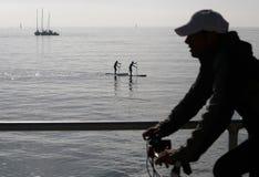 Paddlers à midi dans la baie du palma en île de Majorque images libres de droits