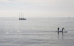 Paddlers à midi dans la baie du palma en île de Majorque images stock