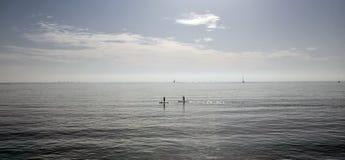Paddlers à midi dans la baie du palma en île de Majorque image libre de droits