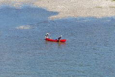 Paddlers του TW που ωθούν ένα κόκκινο κανό Στοκ Φωτογραφίες