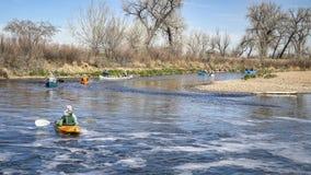 Paddlers avec des kayaks et des canoës photos libres de droits