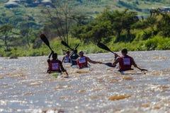 Paddlers chassant le chemin de canoë photo stock