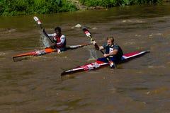 Paddlers chassant le chemin de canoë de Dusi photos stock