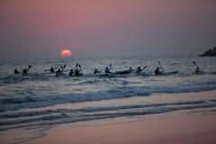 Paddlers de canoë de Ressac-ski douzaine océans en hausse de Sun image stock