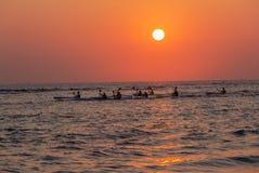 Paddlers de canoë de Ressac-ski douzaine océans en hausse de Sun images libres de droits