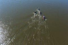 Paddlers de canoë-kayak de rivière barbotant l'action aérienne d'action image stock