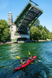 Paddlers de Kkayak au-dessous du pont-levis ouvert de Montlake images stock